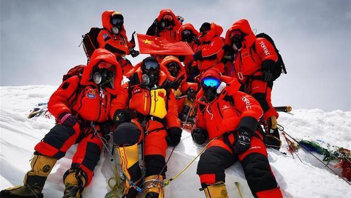 珠峰高程测量登山队在峰顶合影留念