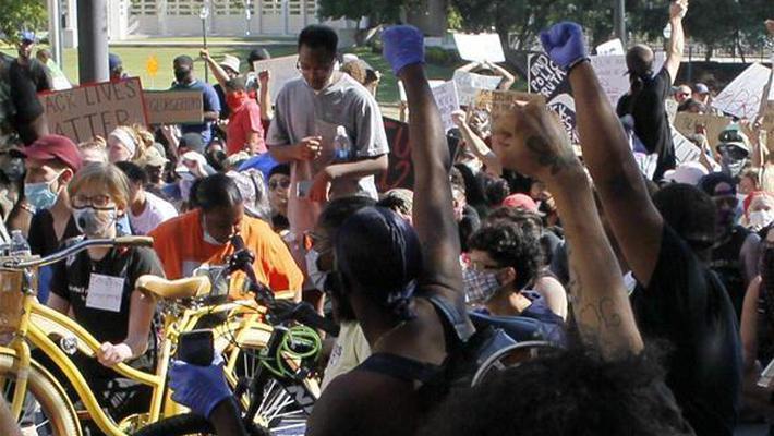 达拉斯抗议美国警察暴力执法