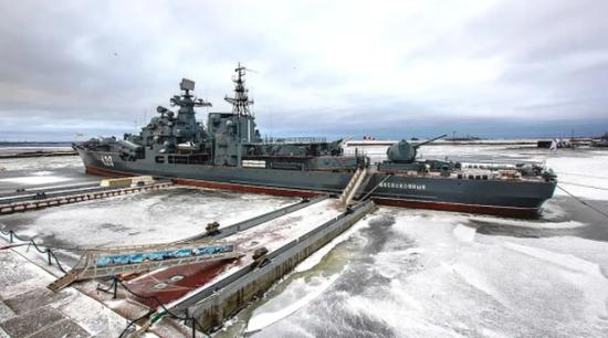 """在岸边停靠的俄罗斯海军""""现代""""级驱逐舰"""