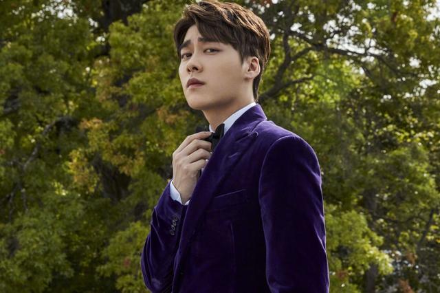 李易峰駕馭紫色西服走華麗風 標志性挑眉帥氣十足