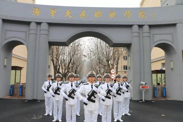 迈出人生第一步_海军大连舰艇学院海军阅兵仪式向共和国致敬_新浪大连_新浪网