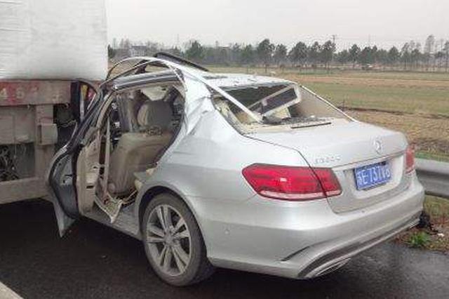 轎車撞了路邊車 又被甩到斑馬線傷了仨行人