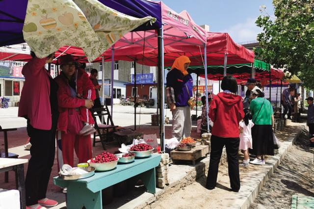 龍王塘街道黃泥川回遷居民路邊賣菜影響市容 村里搭臺建市場