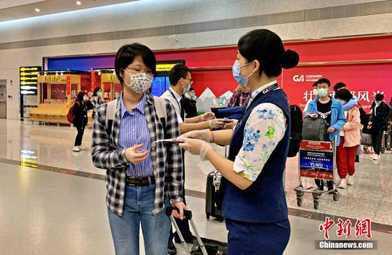 图为工作人员正在检查证件。 重庆机场集团供图