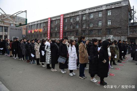 2月12日,北京,中央戲劇學院2019年本科藝考開考,現場帥哥美女如云。