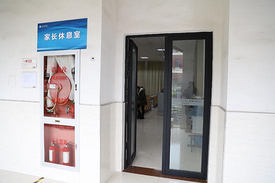 上海建橋學院家長專設了休息室,營造溫馨的候考環境。何思哲 圖