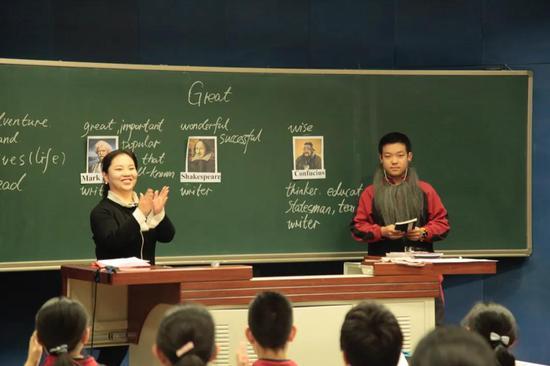 不拘泥于教材的英语课