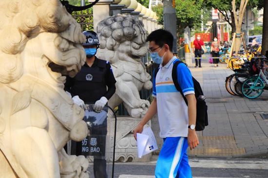 6月20日,北京,高三英语听力机考如期进行。高三学生步入学校参加考试。视觉中国供图
