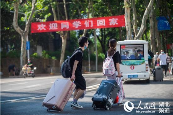 武汉百万高校学子返校:大胆奔涌 乘风破浪