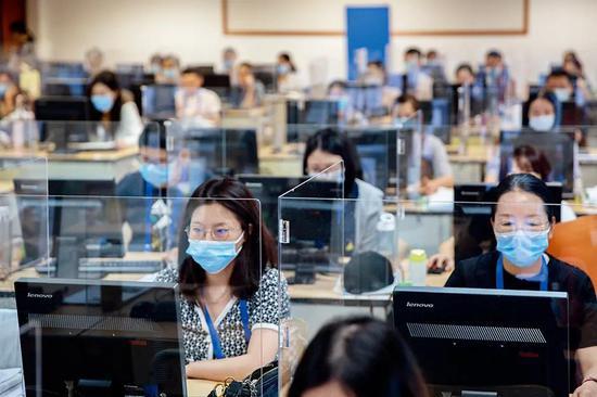 7月16日上午,浙江大学紫金港校区的高考阅卷现场。图/IC
