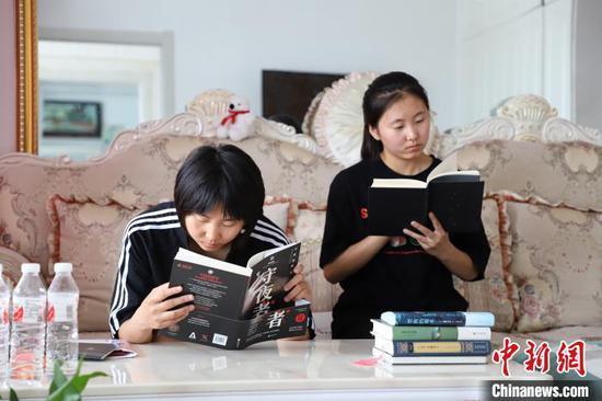 图为姐妹俩一起阅读。 高志鹏 摄