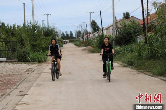 图为姐妹俩一起骑行。 高志鹏 摄