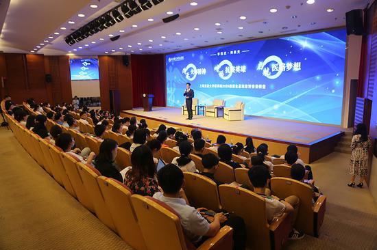 上海交大医学院新生入学 抗疫英雄上开学第一课