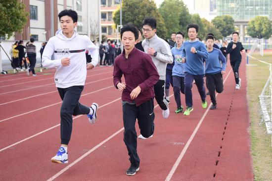↑校园长跑,资料图。图据视觉中国