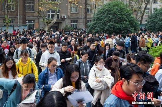 资料图:考生参加国考笔试。 中新社发 苏阳 摄
