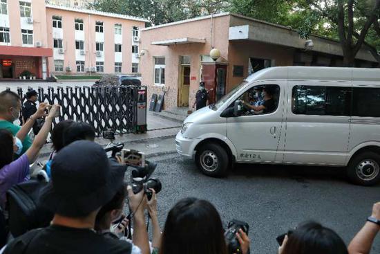 5点50分第一辆押运考卷车辆进入海淀区教育招生和考试中心。新京报记者 王飞 摄