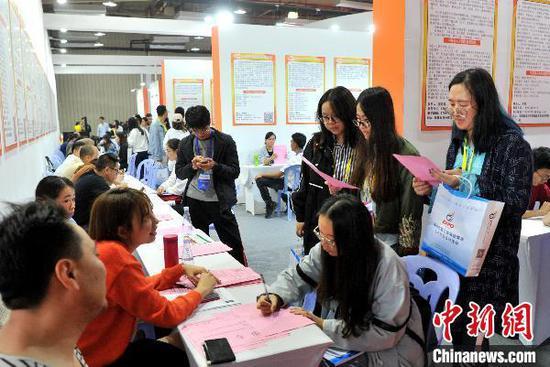 求职者在福州一专项招聘会上寻找工作机会。 张斌 摄