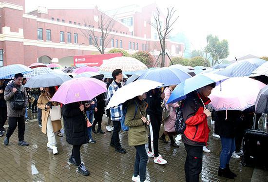 參加上海建橋學院春招校測的學生有序入場。奚麗君 圖