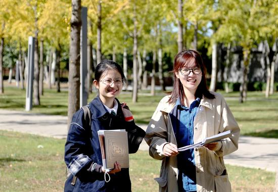 屈羡和吴彧雯在中央美术学院花家地校区。图片来源:中央美术学院