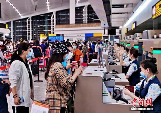 图为留学生排队进行安检。