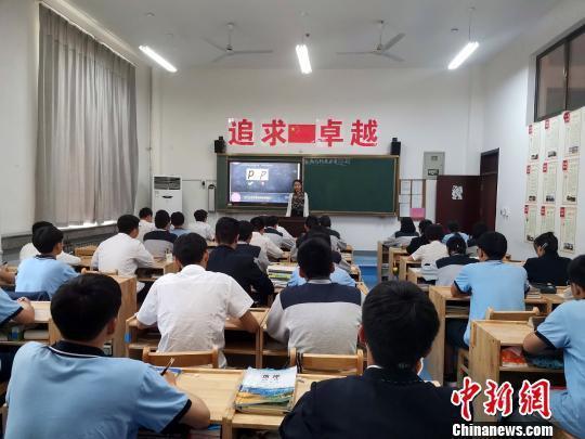 图为,黄河双语实验学校高一年级正在上书写练习课。 孙宏瑗 摄