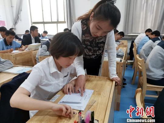 图为,黄河双语实验学校英语老师正在指导学生进行书写练习。 孙宏瑗 摄