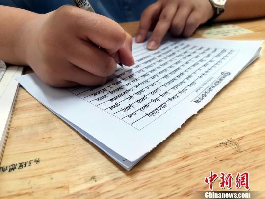 图为,黄河双语实验学校高一年级学生正在进行书写练习。 孙宏瑗 摄