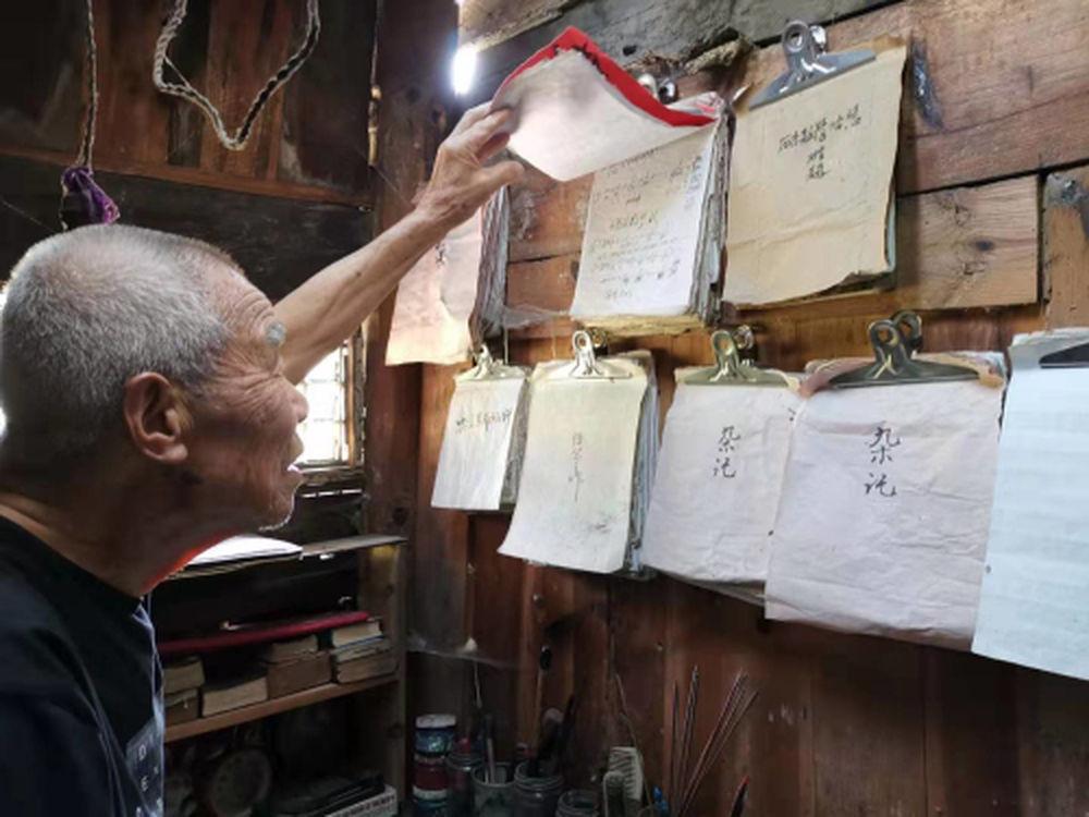 唐上君老师在查看自己给孩子们写的难题笔记 史卫燕 摄