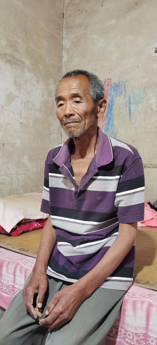 陈春秀父亲称高考结束后陈春秀一直在家中等录取通知书。新京报记者 齐超 摄