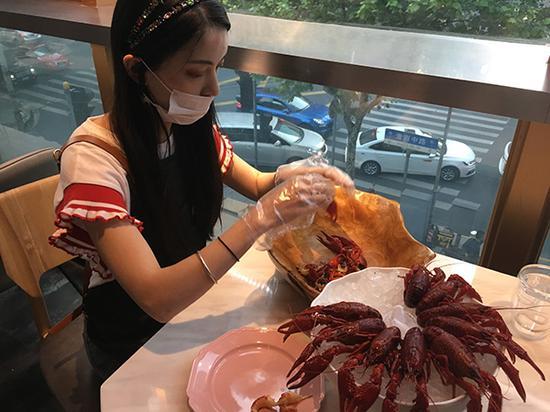 女大学生兼职小龙虾剥虾员 忙时一晚剥12斤