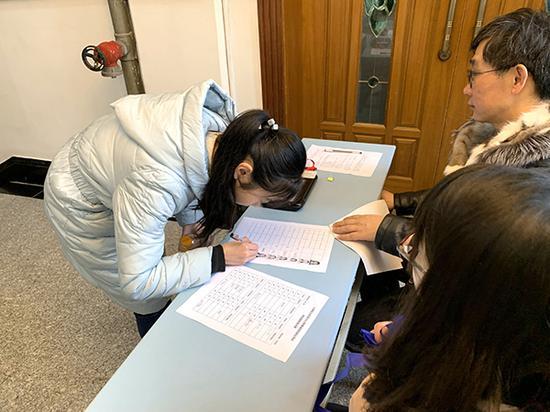 上海電力大學春招校測現場,考生正在進行校測抽簽等環節的確認。袁莊鵬 圖