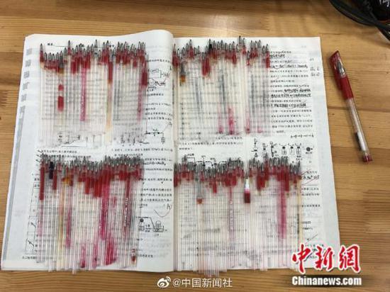1年110根红笔芯 高三老师这样送学生高考(图)