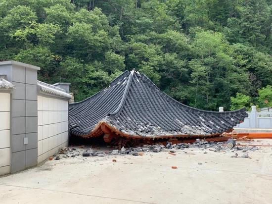 ↑ 8月24日中午,镇安中学新校区喷泉、凉亭等多处与教学无关的设施正在被拆除。图据中国新闻周刊
