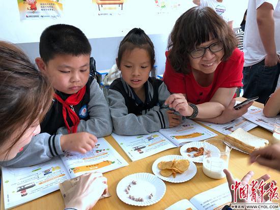 胡小琪在和歸州鎮航天希望小學的學生交流營養知識。劉昶榮/攝