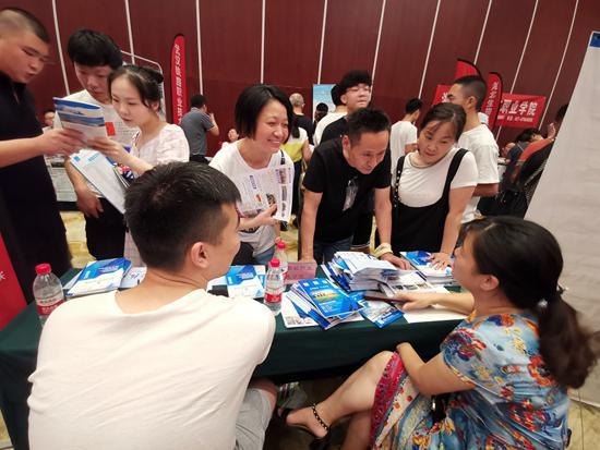 """在高校招生专科专场咨询会上,家长和学生问得最多的问题是:""""可以升本科吗?""""视觉中国供图"""