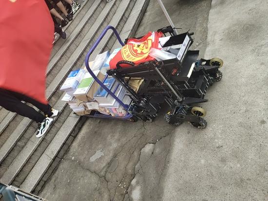 南京航空航天大学迎新:机器人帮新生搬运行李书本