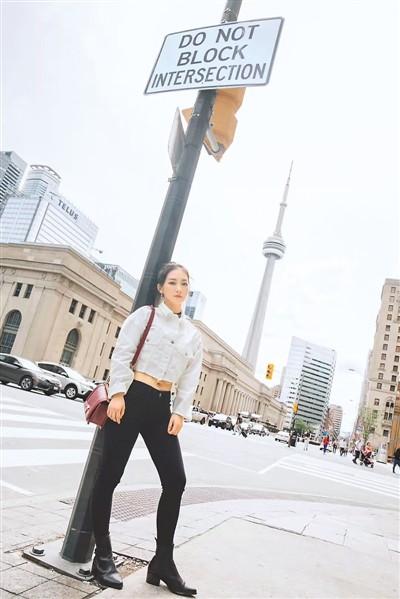 这是Christina在多伦多时的留影。   在她的理想中,是要多奋斗,想要体验不一样的生活;工作稳定轻松却单调,不会太忙碌——这还不是她想要的生活状态。   除此之外,国外的生活并未给她带来归属感。她喜欢逢年过节时与自己的家人在一起,由此更加羡慕在国内工作的同学;她想念还在国内的男友,并打定主意——这段异地恋该到画上句号的时候了。   (受访者供图)