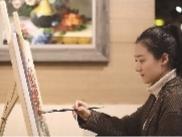 大学学习油画专业的张凯溪,毕业后选择了创业,通过开办画室积累了创业经验,如今她经营着自己的画廊。 辽沈晚报记者 王迪 摄
