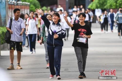 資料圖:6月8日,山西太原成成中學考點,走出考場的考生露出燦爛笑容。中新社記者 武俊杰 攝