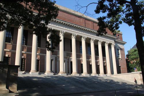 7月14日在美国马萨诸塞州剑桥市拍摄的哈佛大学校园。新华社发
