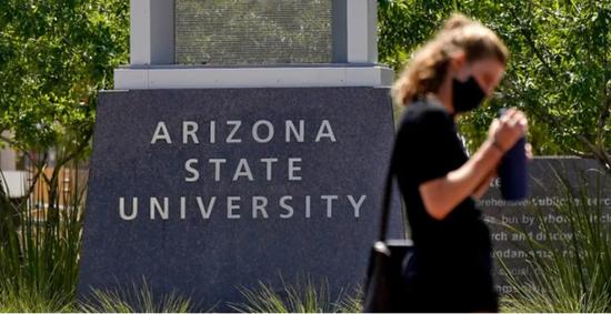 一名行人穿过亚利桑那州立大学校园里一个十字路口(来源:美联社)