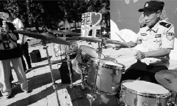 门卫大爷王永利打得一手好架子鼓,也因此成了校园知名网红。 辽沈晚报记者 王迪 摄