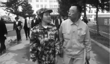 """9月11日,在郭明义的陪同下,""""早衰女孩""""小凤步入了新学校的大门,开启她的校园生活。受访者供图"""