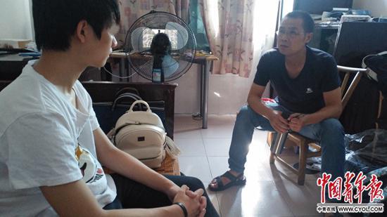 金秋华与网瘾少年谈心。中国青年报·中青在线记者??章??正/摄