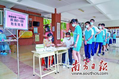 5月30日,广州市第五中学的高三级学生来到检测点进行核酸检测。南方日报记者 徐昊 摄