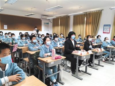 北京市第八中学观摩师生及列席学生在线观摩北京市政协十三届四次会议开幕会。 本版图片/受访者供图