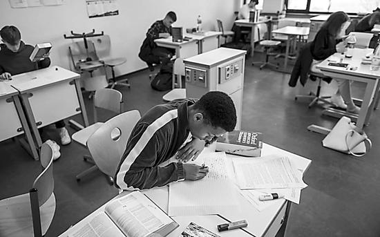 学生在复习A-Level考试。