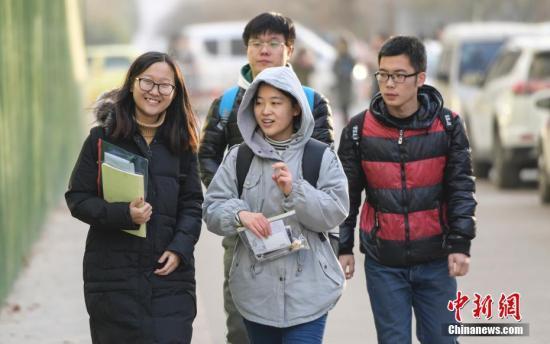 资料图:考研学子走向考场。中新社记者 张勇 摄