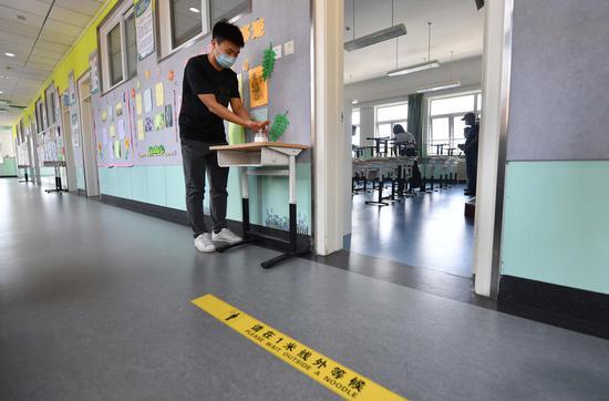 8月24日,188比分\北京教育学院附属丰台实验学校,一名教师在教室外码放手部消毒液。
