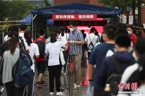 资料图:2020年7月,上海考生步入高考考场。张亨伟 摄